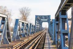 Vieux pont en chemin de fer de fer dans la zone rurale éloignée en Europe Photo libre de droits