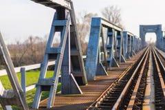 Vieux pont en chemin de fer de fer dans la zone rurale éloignée en Europe Image libre de droits