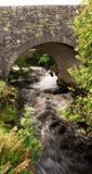 Vieux pont en montagnes écossaises Photos stock