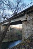 Vieux pont en pierre au-dessus d'une rivière peu profonde photographie stock