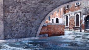 Vieux pont en pierre au-dessus de canal de l'eau à Venise, Italie illustration libre de droits