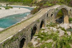 Vieux pont en pierre au-dessus de la rivi?re L'Albanie, Scutari photographie stock