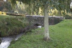 Vieux pont en pierre d'eau courante images libres de droits