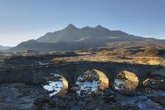 Vieux pont en pierre de Sligachan un matin ensoleillé photo stock