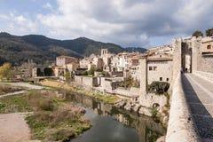 Vieux pont en pierre historique de la ville catalanne de Besalu Image stock