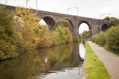 Vieux pont en train fait en maçonnerie de briques rouges Image stock