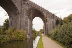 Vieux pont en train fait en maçonnerie de briques rouges Images stock