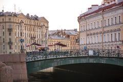 Vieux pont et canal de ville photographie stock libre de droits