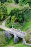 Vieux pont féerique antique de pierre de tsale dans la perspective isométrique Photo stock