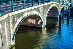 Vieux pont néerlandais traditionnel dans le plan rapproché de canal de ville Image libre de droits