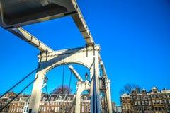Vieux pont néerlandais traditionnel dans le plan rapproché de canal de ville Photographie stock