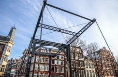 Vieux pont néerlandais traditionnel dans le plan rapproché de canal de ville Image stock