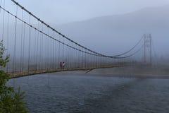 Vieux pont, rivière de Katun Russie photo libre de droits