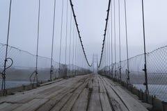 Vieux pont, rivière de Katun Russie photographie stock libre de droits