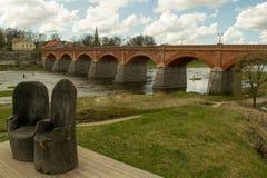 Vieux pont rouge en Lettonie Images libres de droits