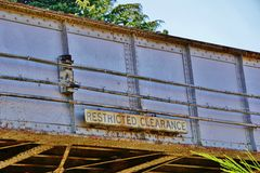 Vieux pont rouillé en chemin de fer en métal avec le signe restreint de dégagement Photo libre de droits