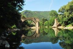 Vieux pont se reflétant en rivière le Tarn Image libre de droits