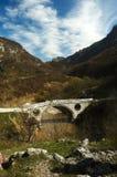 Vieux pont sur la petite rivière Photos stock