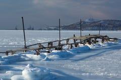 Vieux pont sur le bord de la mer de l'océan pacifique Image stock