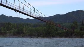 Vieux pont suspendu banque de vidéos