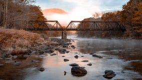Vieux pont traversant la rivière photographie stock libre de droits
