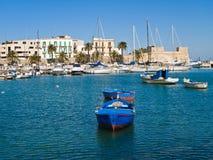 Vieux port avec des bateaux à rames. Bari. Apulia. Photo libre de droits