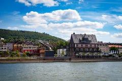 Vieux port avec la grue de chargement dans Bingen sur le Rhin photos libres de droits