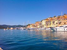 Vieux port dans Portoferraio, Italie Photographie stock