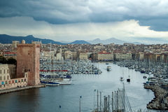 Vieux port de Marseille également connu sous le nom de port de Vieux vu de la colline de Pharo pendant une tempête pluvieuse de r Images libres de droits