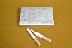 Vieux porte-cigarettes qui a réussi tout seul d'un temps de guerre et de deux cigarettes photos libres de droits