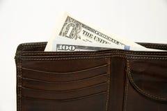 Vieux portefeuille avec des billets de banque des dollars US à l'intérieur Images stock