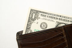 Vieux portefeuille avec des billets de banque des dollars US à l'intérieur Image stock