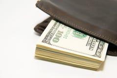 Vieux portefeuille avec des billets de banque des dollars US à l'intérieur Photo libre de droits