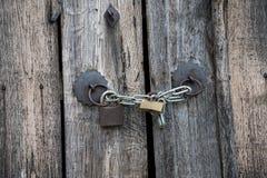 Vieux portes et cadenas en bois Images stock