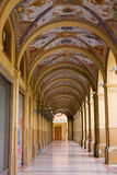 Vieux portique décoré avec des fléaux à Bologna Photos stock