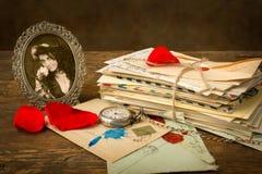 Vieux portrait et pétales de rose Photographie stock
