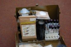 Vieux positionnement soviétique de militaires pour le contrôle d'arme chimique Image libre de droits