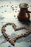 Vieux pot et haricots de cuivre de café sur le fond rustique foncé Photos stock
