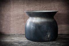 Vieux pot toujours de cuisson à la vapeur de la vie sur en bois Photo stock