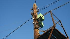 Vieux poteau électrique avec des fils sur un fond de ciel bleu clips vidéos