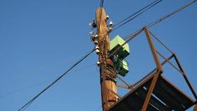 Vieux poteau électrique avec des fils sur un fond de ciel bleu Photos libres de droits