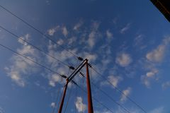 Vieux poteau électrique contre le ciel photo stock