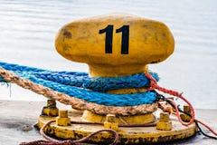 Vieux poteau d'amarrage avec la corde image stock