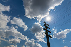 Vieux poteau de télégraphe, profilé sur le ciel avec des cumulus, sur un lumineux, ensoleillés, jour image libre de droits