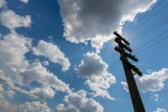 Vieux poteau de télégraphe, profilé sur le ciel avec des cumulus, sur un lumineux, ensoleillés, jour photo libre de droits