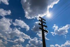 Vieux poteau de télégraphe, profilé sur le ciel avec des cumulus, sur un lumineux, ensoleillés, jour photographie stock