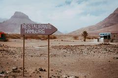 Vieux poteau indicateur dans le paysage stérile abandonné de désert Volcan rocailleux sur l'horizon Sao Vicente Cape Verde image libre de droits