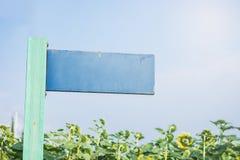 Vieux poteau indicateur en bois bleu dans le jardin avec le ciel bleu pour le backgro Photographie stock libre de droits