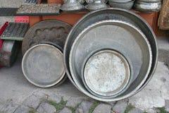 Vieux pots antiques au bazar Photo stock