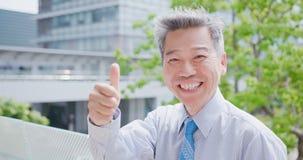 Vieux pouce d'homme d'affaires  Photo libre de droits